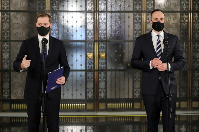 Wiceminister aktywów państwowych Janusz Kowalski i poseł PiS Jarosław Krajewski podczas konferencji prasowej w Sejmie / Tomasz Gzell    /PAP