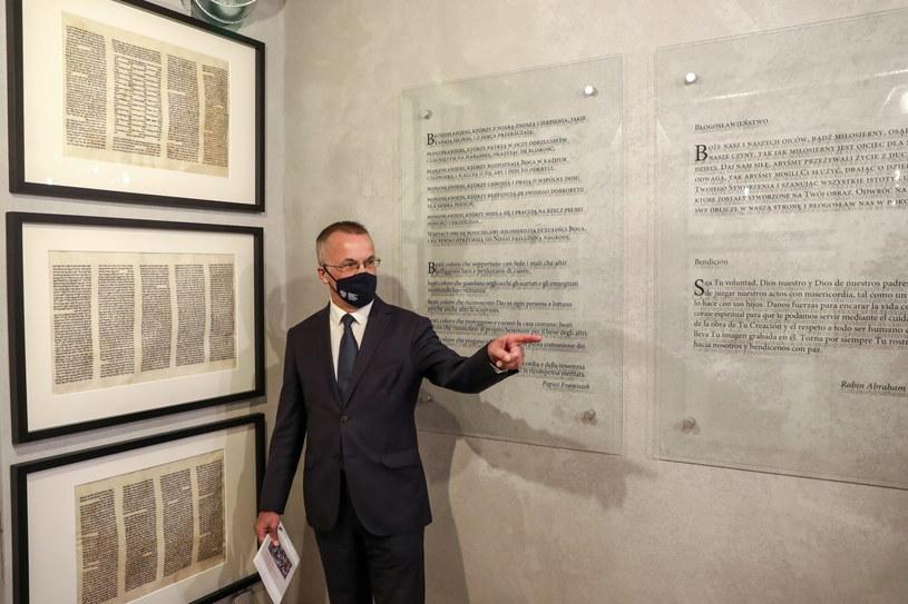 Wiceminister Jarosław Sellin zwiedza wystawę poświęconą pamięci ofiar pogromu kieleckiego /Adam Kumorowicz /PAP