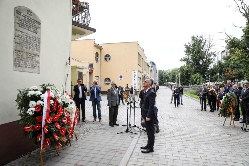 Wiceminister kultury, dziedzictwa narodowego i sportu Jarosław Sellin składa wieniec przed tablicą upamiętniająca ofiary pogromu kieleckiego. /Adam Kumorowicz /PAP