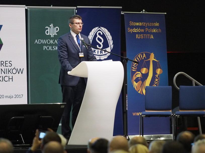 Wiceminister sprawiedliwości Marcin Warchoł przemawia podczas inauguracji Kongresu Prawników Polskich w Katowicach /Michał Szalast (PAP) /PAP