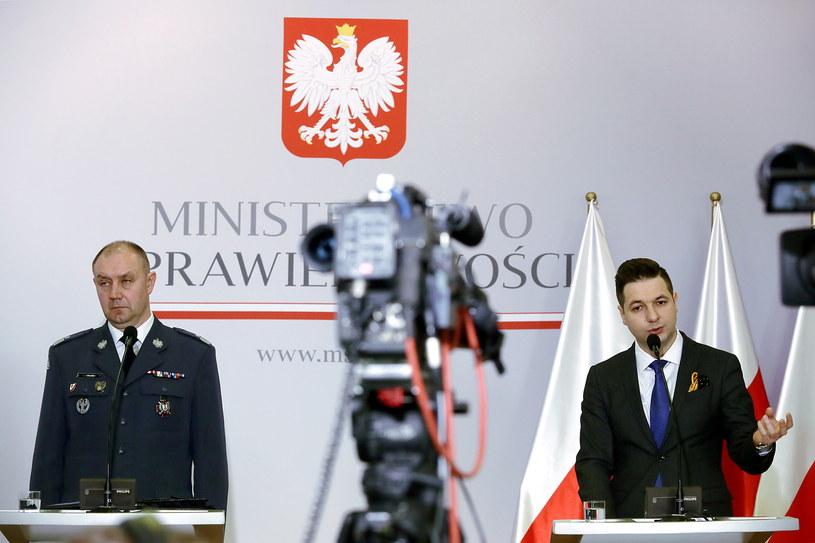 Wiceminister sprawiedliwości Patryk Jaki (P) oraz dyrektor generalny Służby Więziennej gen. Jacek Kitliński /Tomasz Gzell /PAP