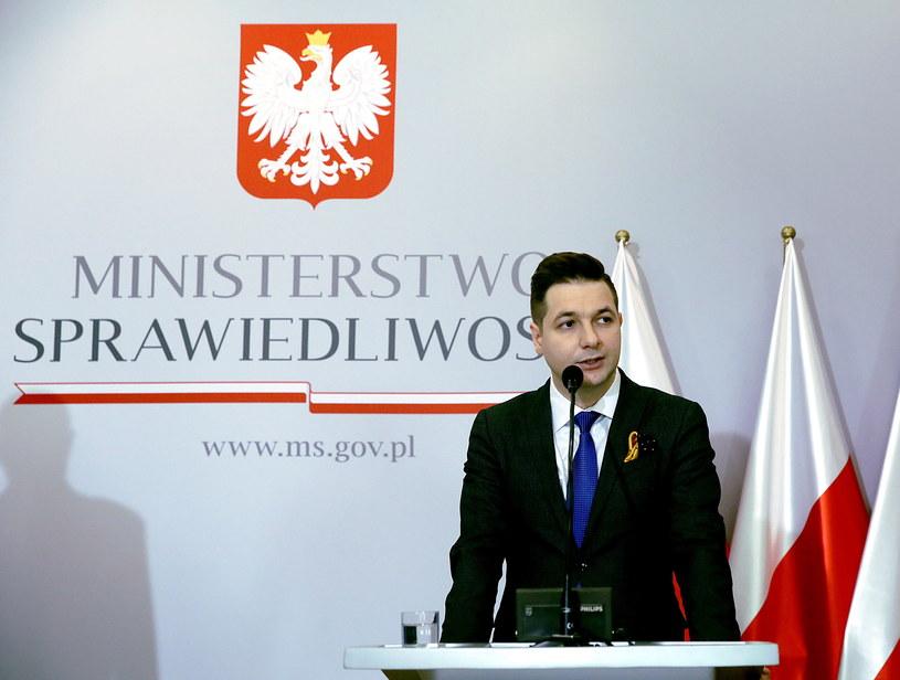 Wiceminister sprawiedliwości Patryk Jaki podczas konferencji w Ministerstwie Sprawiedliwości /Tomasz Gzell /PAP