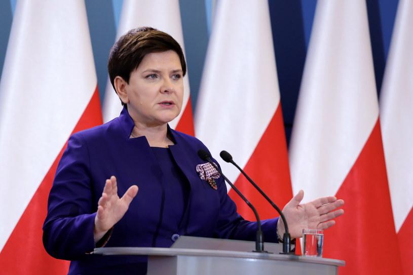 Wicepremier Beata Szydło podczas konferencji prasowej po inauguracyjnym posiedzeniu Komitetu Społecznego Rady Ministrów /Tomasz Gzell /PAP