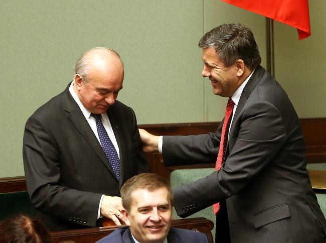 Wicepremier Janusz Piechociński gratuluje wyniku głosowania Stanisławowi Kalembie. /Tomasz Gzell /PAP