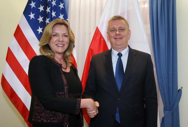 Wicepremier, minister obrony narodowej Tomasz Siemoniak (P) i sekretarz sił powietrznych USA Deborah James (L) /Paweł Supernak /PAP
