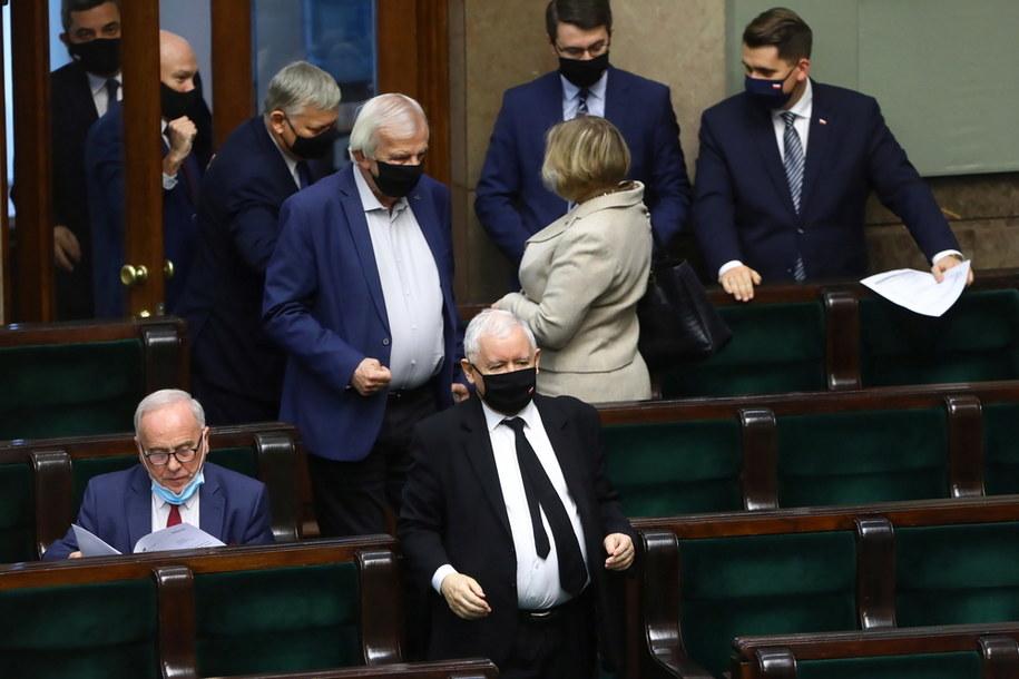 Wicepremier, prezes PiS Jarosław Kaczyński (z przodu) i wicemarszałek Sejmu, szef klubu PiS Ryszard Terlecki na sali posiedzeń Sejmu /Rafał Guz /PAP