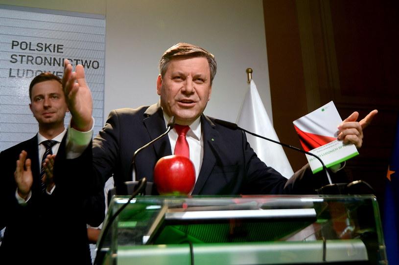 Wicepremier, prezes PSL Janusz Piechociński (C) i Władysław Kosiniak-Kamysz (L) podczas wieczoru wyborczego Polskiego Stronnictwa Ludowego /PAP/Bartłomiej Zborowski /PAP