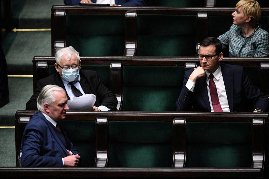 Wicepremierzy Jarosław Kaczyński i Jarosław Gowin oraz szef rządu Mateusz Morawiecki w Sejmie / Radek Pietruszka   /PAP