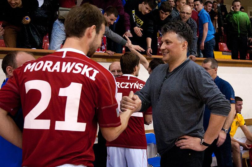 Wiceprezes Piotr Wawro (z prawej) gratuluje futsalowcom Wisły/Krakbet zwycięstwa. /Joanna Żmijewska /INTERIA.PL