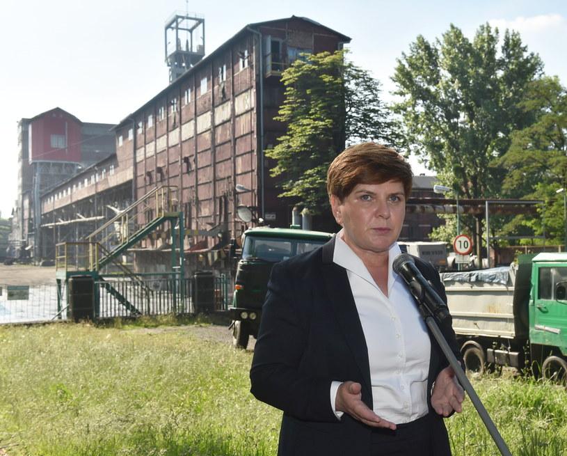Wiceprezes PiS, kandydatka tej partii na premiera Beata Szydło podczas konferencji prasowej przed kopalnią Bobrek -Centrum w Bytomiu /Jacek Bednarczyk /PAP