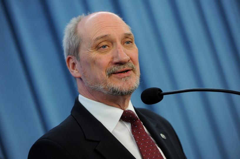 Wiceprezes PiS, poseł Antoni Macierewicz podczas konferencji. /Grzegorz Jakubowski /PAP