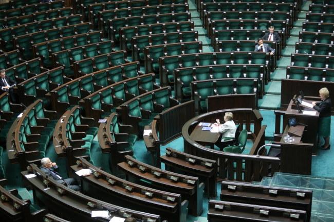 Wiceprzewodnicząca klubu PO Izabela Mrzygłocka podczas pierwszego czytania projektu ustawy o zmianie ustawy Kodeks Pracy /Leszek Szymański /PAP