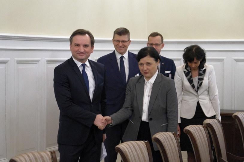 Wiceprzewodnicząca Komisji Europejskiej Viera Jourova wita się z ministrem sprawiedliwości Zbigniewem Ziobrą /Mateusz Marek /PAP