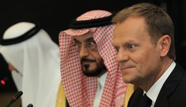 Wiceprzewodniczący rady Fahad M. Al-Rabiah (C) oraz premier Donald Tusk (P) w Rijadzie /PAP