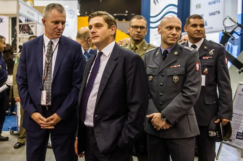 Wiceszef MON Bartosz Kownacki (drugi z lewej) /Mateusz Ochocki / KFP /East News