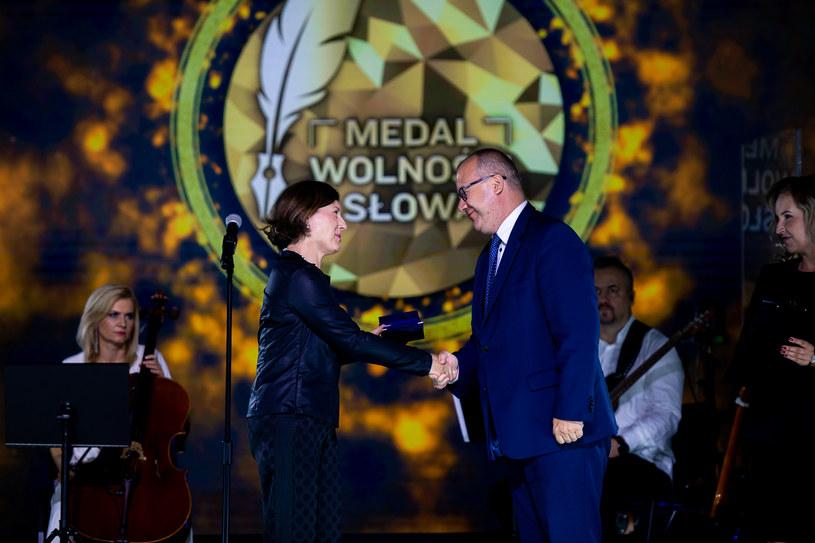 Wiceszefowa KE Vera Jourova wręczyła medal Adamowi Bodnarowi /@EUinPL /Twitter