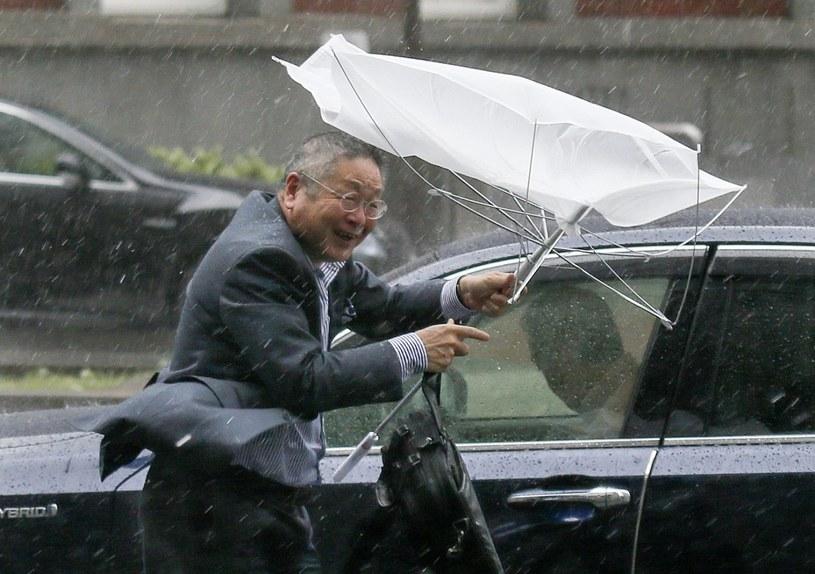 Wichura i ulewny deszcz w Tokio /PAP/EPA