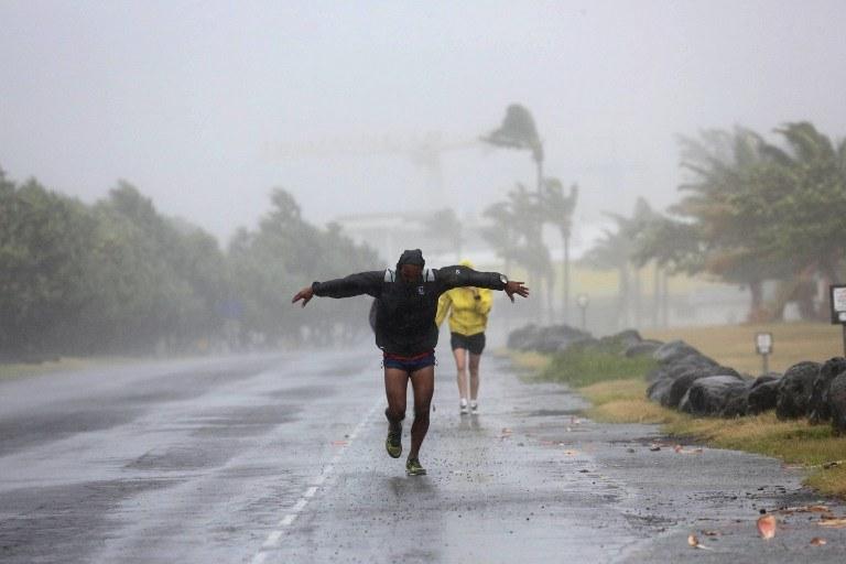 Wichura uderzyła w brzegi wyspy z prędkością ponad 150 kilometrów na godzinę /AFP