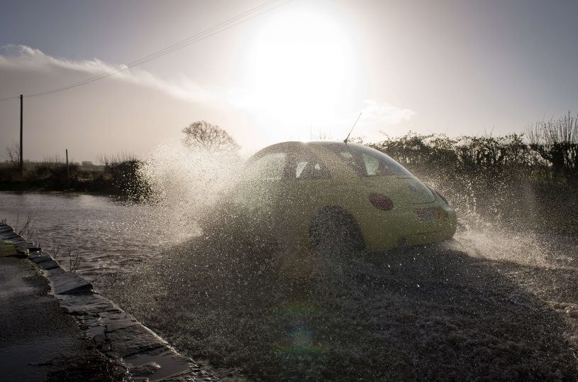 Wichury i ulewne deszcze spowodowały liczne podtopienia /AFP