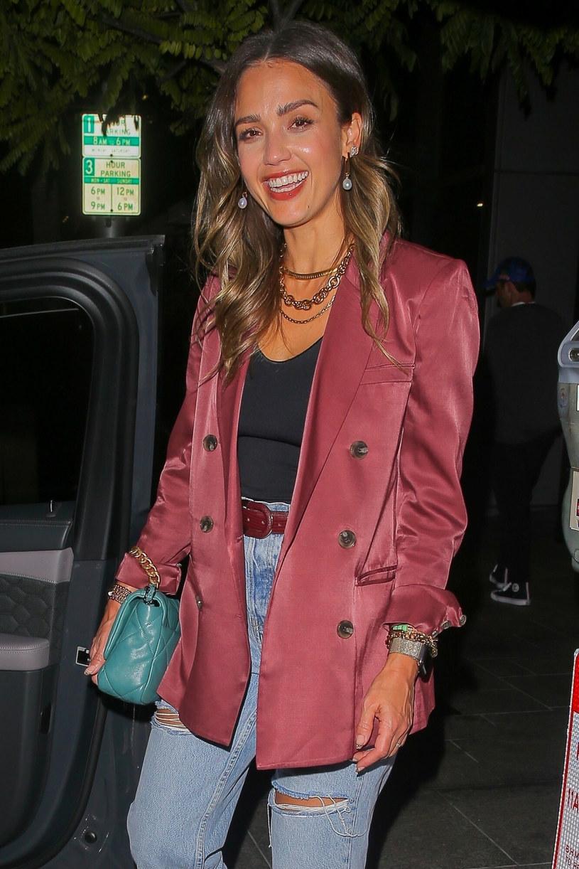 Widać, że Jessica Alba nie tylko świetnie wygląda, ale też czuje się rewelacyjnie w modnej marynarce /BACKGRID /East News