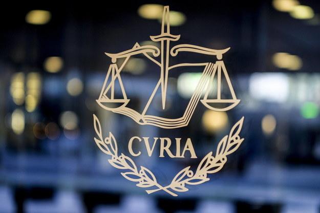 Widok godła Trybunału Sprawiedliwości Unii Europejskiej (TSUE) przy głównym wejściu do jego siedziby w Luksemburgu /JULIEN WARNAND /PAP/EPA