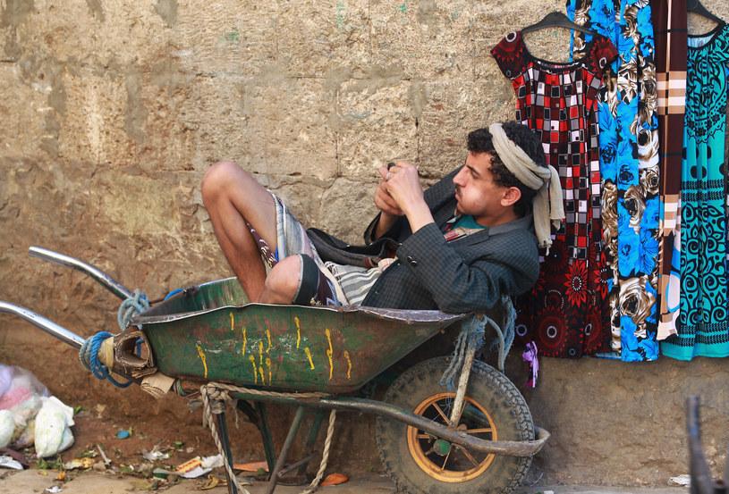 Widok Jemeńczyków przeżuwających qat jest czymś powszechnym /AFP