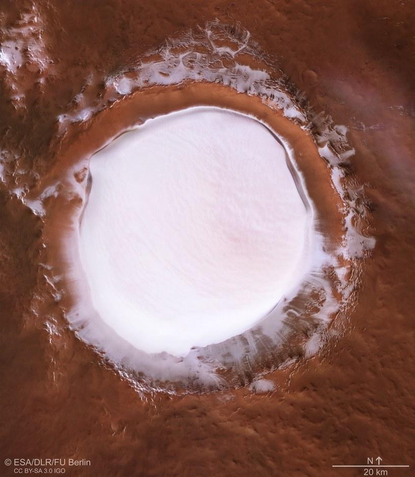 Widok krateru z orbity /materiały prasowe