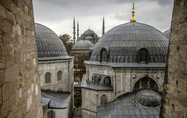 Widok na Błękitny Meczet z okna Hagi Sofii fot. Bulent Kilic /AFP
