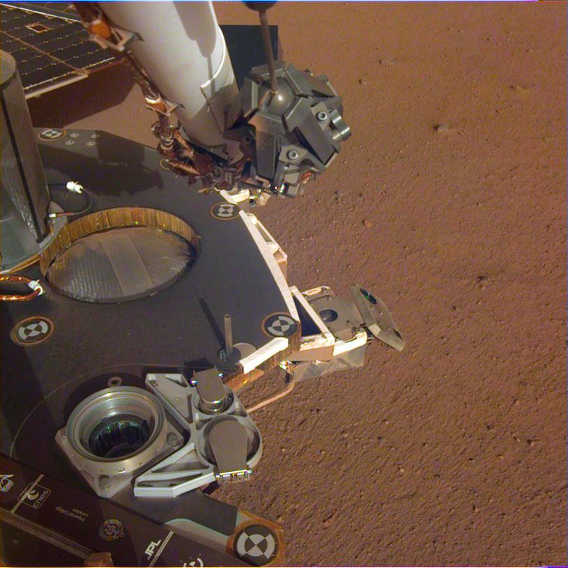 Widok na część instrumentów lądownika InSight /NASA