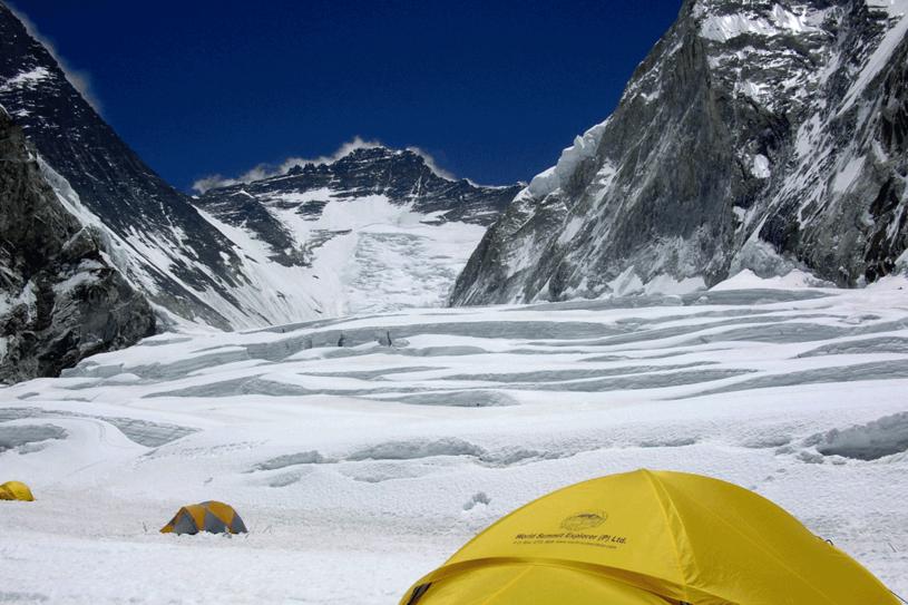 Widok na Everest z obozu 2 /AFP