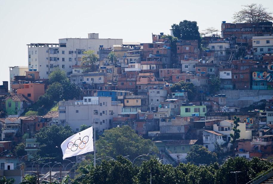 Widok na fawele przy Sambodromie w Rio de Janeiro /Adam Warżawa /PAP