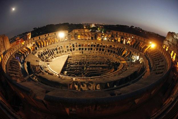 Widok na Koloseum nocą /ALESSANDRO DI MEO    /PAP/EPA