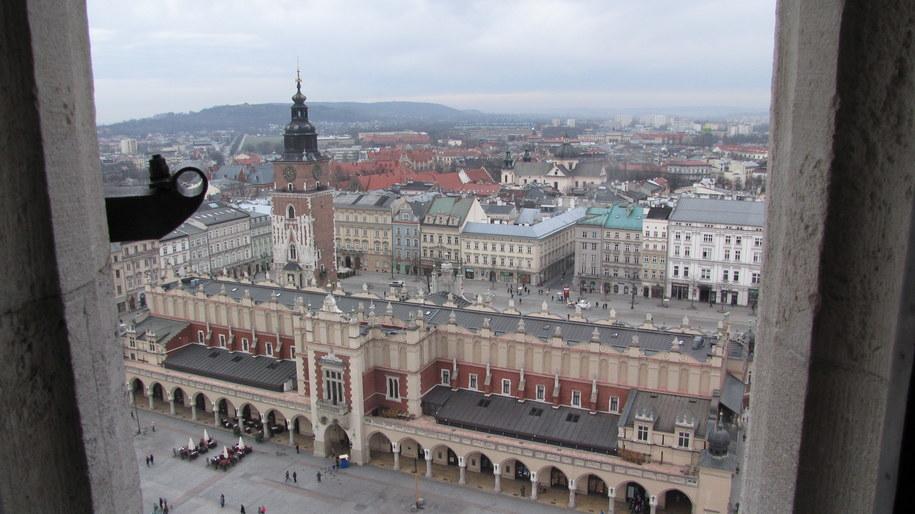 Widok na krakowski Rynek Główny z wieży Kościoła Mariackiego /Jacek Skóra /Archiwum RMF FM