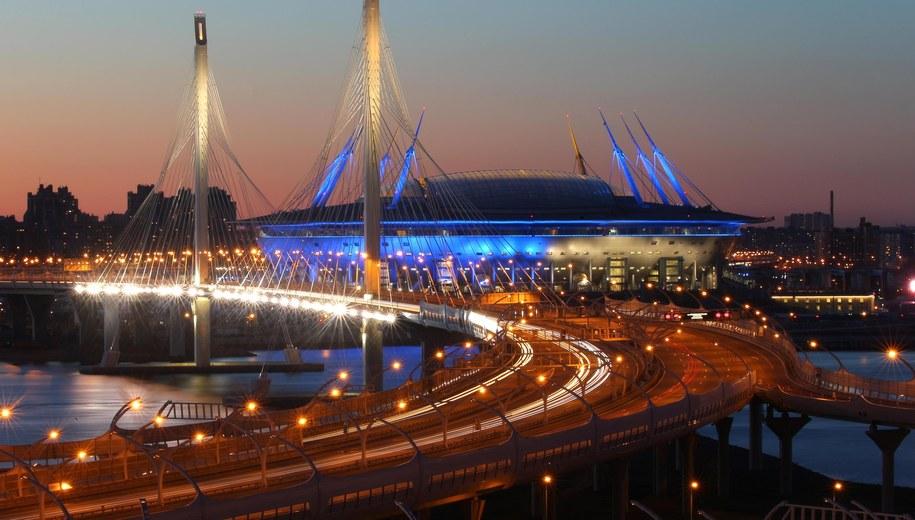 Widok na most wantowy na zachodniej obwodnicy miasta i na stadion Zenit Arena w Petersburgu /Petr Kovalev /PAP/EPA