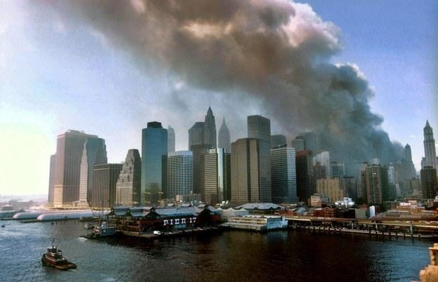 Widok na Nowy Jork z mostu brooklińskiego chwilę po zawaleniu się obu wież World Trade Center / César De Luca /PAP/EPA