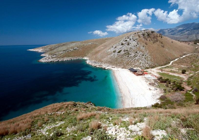 Widok na plaże nieopodal miasta Himara na południu Albanii /123RF/PICSEL