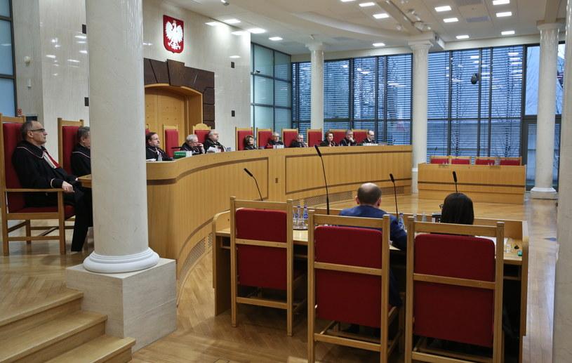 Widok na puste miejsca przedstawicieli Sejmu i Rady Ministrów podczas ogłoszenia wyroku ws. nowelizacji ustawy o TK autorstwa PiS /Rafał Guz /PAP