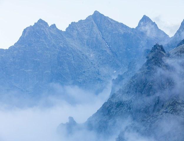 Widok na Rysy (środkowy szczyt w drugim planie, z widoczną białą rysą) /Paweł Kula /PAP