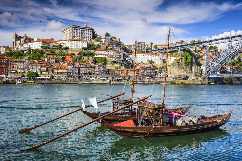 Widok na rzekę Douro. Na pierwszym planie łódki do przewożenia beczek /123RF/PICSEL