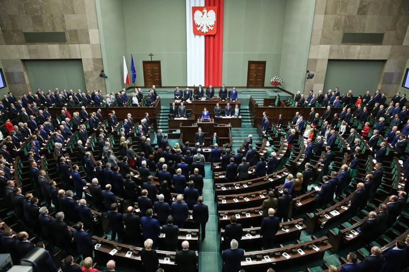 Widok na salę plenarną podczas uroczystego zgromadzenia posłów i senatorów z okazji 10. rocznicy zaprzysiężenia prezydenta RP Lecha Kaczyńskiego /Rafał Guz /PAP