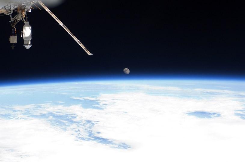 Widok na Ziemię i Księżyc z Międzynarodowej Stacji Kosmicznej /Getty Images/Flash Press Media