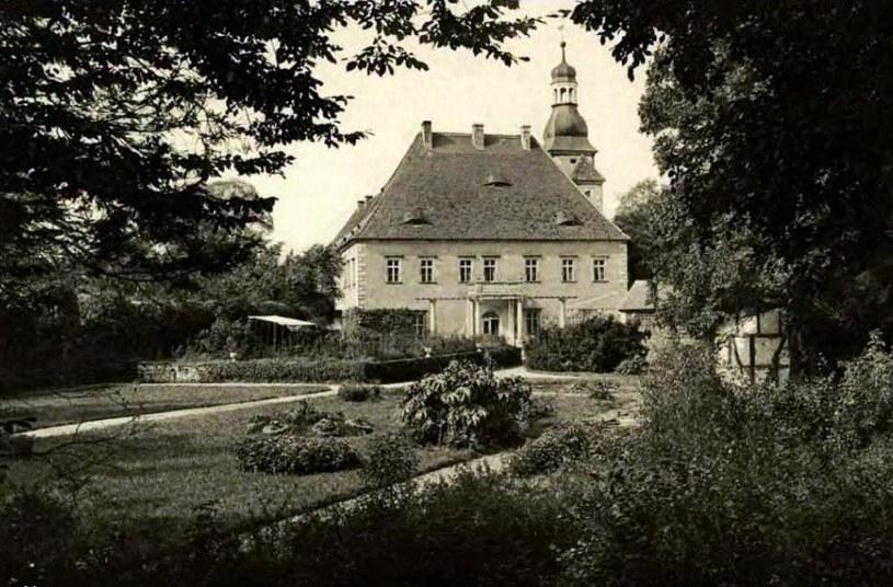 Widok pałacu od strony parku i ogrodu ok. 1910 r. Zb. Sz. Wrzesińskiego /Odkrywca