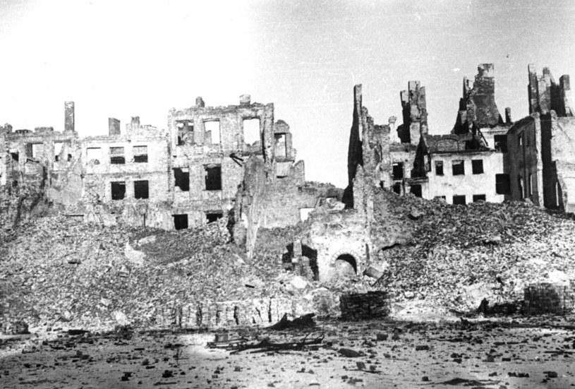 Widok ulic Warszawy w 1945 roku. Zrujnowane przez Niemców budynki na Starym Mieście /Wacław Żdżarski /Z archiwum Narodowego Archiwum Cyfrowego