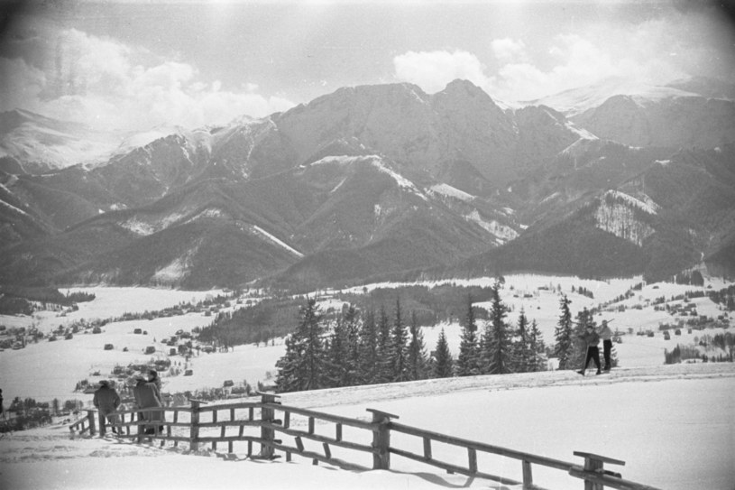 Widok z Gubałówki na Giewont, Zakopane, styczeń 1949 /East News