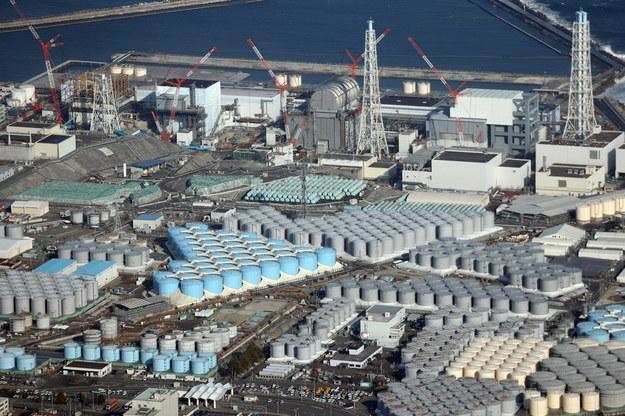 Widok z lotu ptaka na zbiorniki zawierające zanieczyszczoną wodę w elektrowni jądrowej Fukushima /JIJI PRESS /PAP/EPA