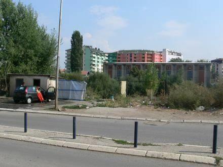 Widok z serbskiej, ubogiej strony Mitrovicy na nowe apartamentowce w albanskiej części miasta /INTERIA.PL