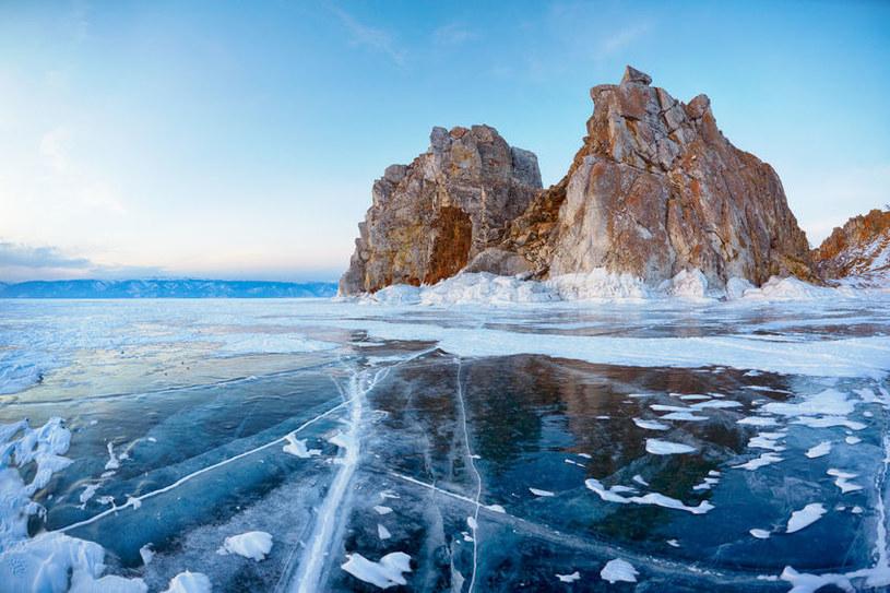 Widok zamarzniętego jeziora Bajkał /123/RF PICSEL