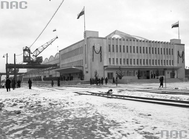 Widok zewnętrzny budynku Dworca Morskiego. Na ścianie dworca płaskorzeźba stylizowanego orła /Z archiwum Narodowego Archiwum Cyfrowego