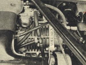 Widok zewnętrzny sprężarki umieszczonej w Lancii Trevi Volumex między gaźnikiem i silnikiem. /Motor