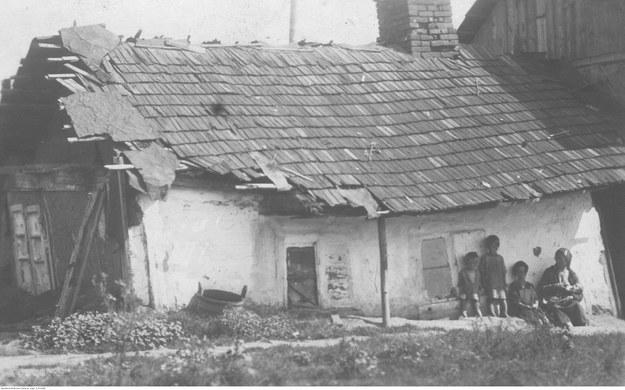 Widok zewnętrzny walącego się domu bezrobotnych mieszkańców Borysławia. /Z archiwum Narodowego Archiwum Cyfrowego